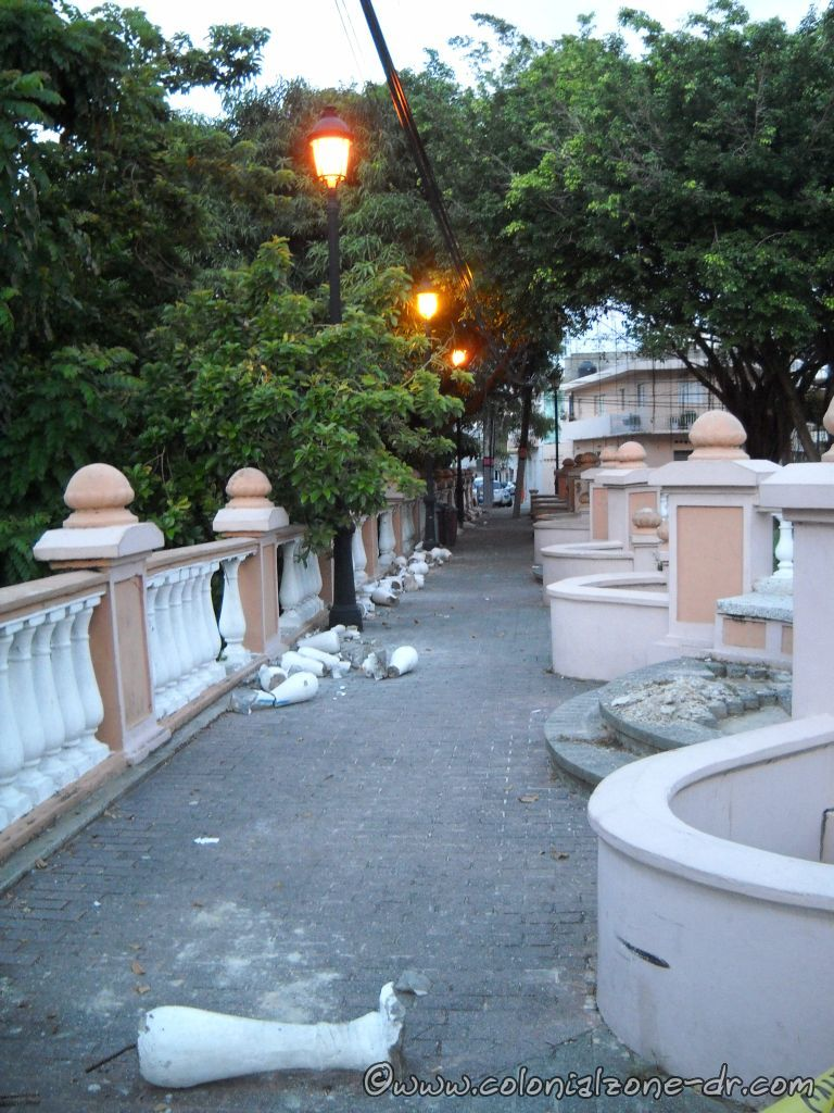 Repairing Plaza Pellerano Castro - Parque Rosado. Replacing pillars July 30, 2013