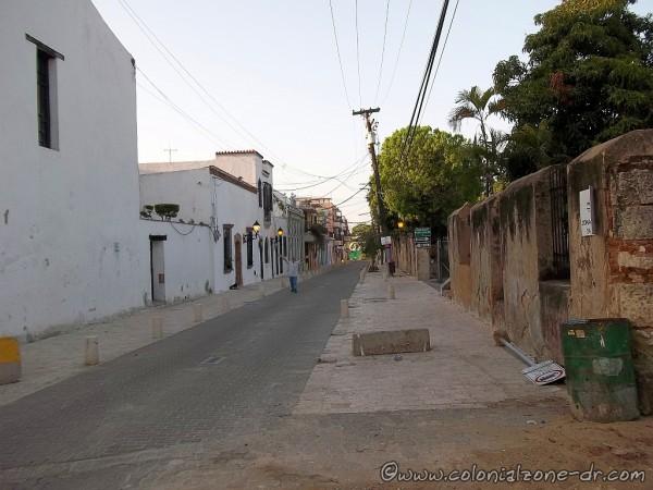 Renovada Ciudad Colonial. Calle Meriño is open for vehicles.
