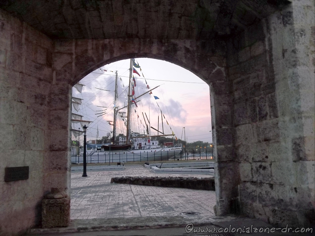 Velas Santo Domingo 2014. The tall ships visit Santo Domingo seen through the Puerta Atrazanas.