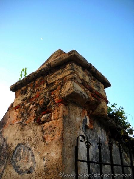 Fortalaza Ozama gate and moon