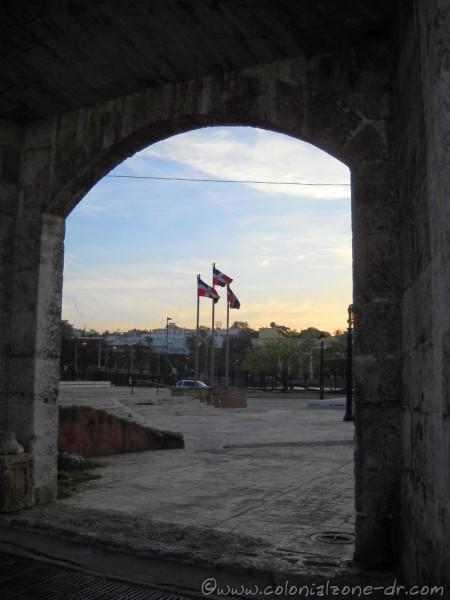 Puerta-Atarazanas-flags-01-4-10-2015