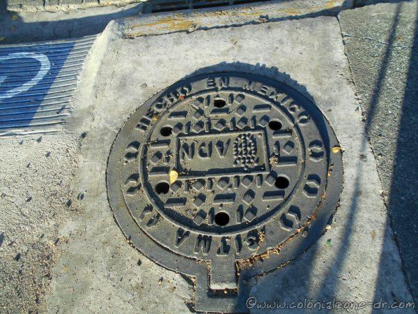 Manhole cover Made In Mexico - Avenida Francisco Alberto Caamaño Deñó, Ciudad Colonial, Santo Domingo.