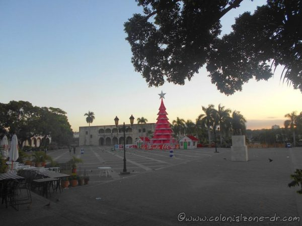 Christmas / Navidad Tree in Plaza España 2019. The pink tree was to call all Dominicans to unite for fairness and respect for women.