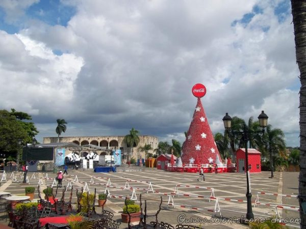 Christmas / Navidad Tree in Plaza España 2014. Note the barriers that were part of the Renovation of the Colonial City when they made a temporary road through the Plaza.